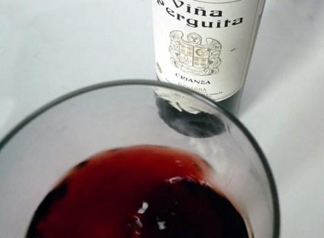 Detalle sobre los tonos naranjas de este vino.