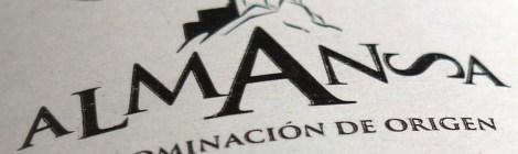 Contra-etiqueta con el sello de la D.O. Almansa.