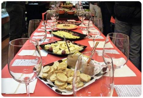 Mesa de cata con quesos, jamones y patés.
