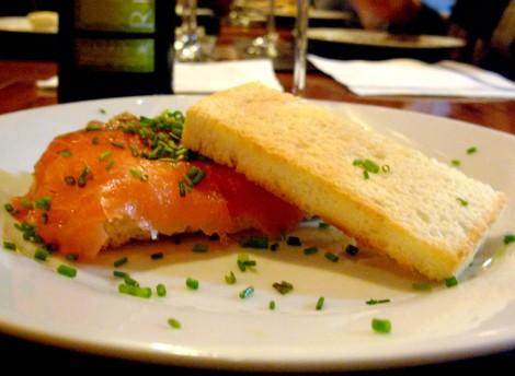Bocadillo crujiente de salmón con cebollino picado y salsa tártara.