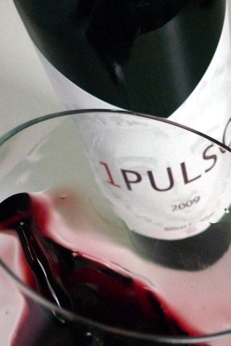 El vino 1 Pulso saltando en la copa.