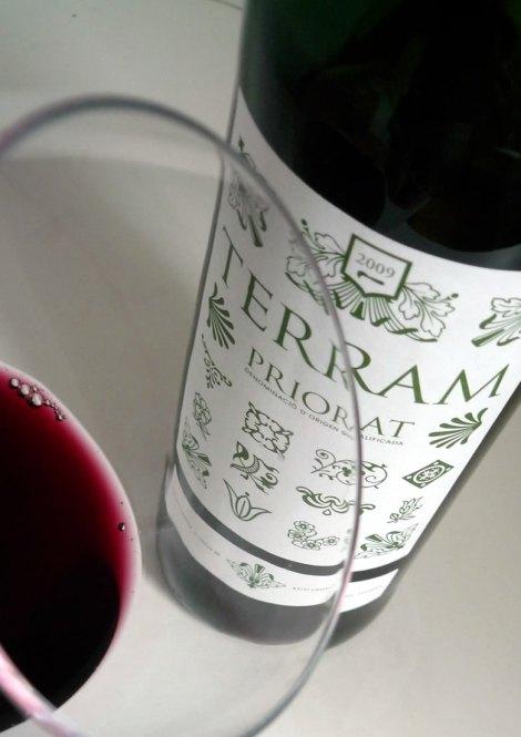 Detalle del color del vino Terram en la copa.