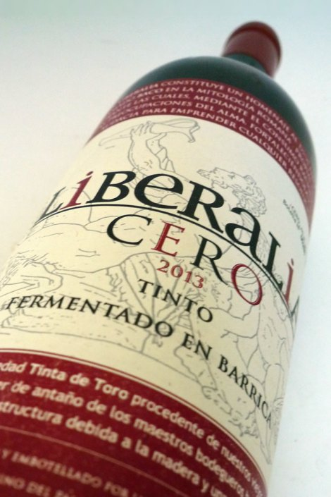 La botella de Liberalia Cero y su enorme etiqueta.
