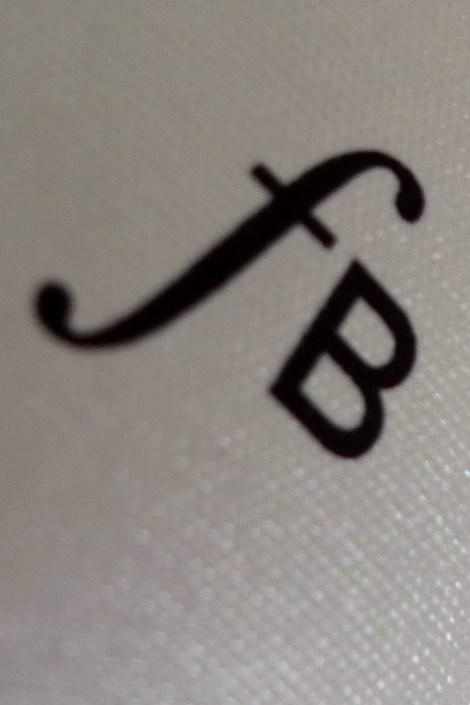Detalle del etiquetado del vino Fermí
