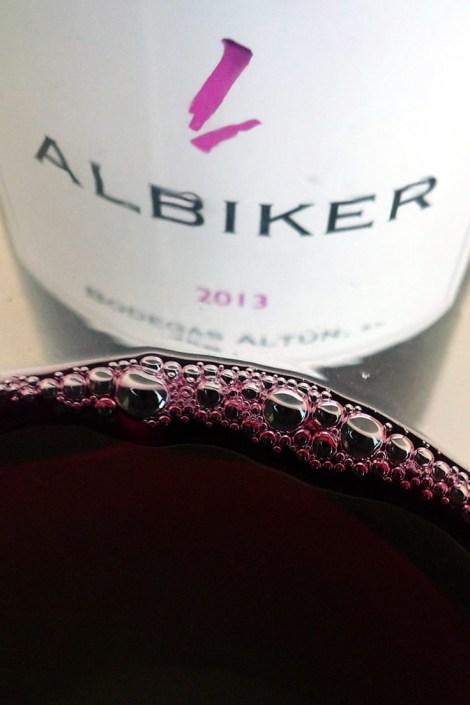 Detalle del vino recién servido en la copa.
