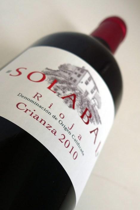 Etiquetado del vino Solabal Crianza.