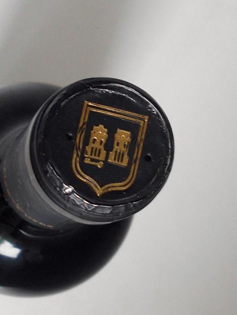 Detalle del escudo de la Familia González Puras en la cápsula del vino.