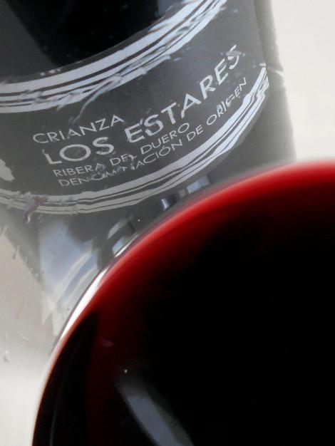 Detalle del color del vino Los Estares Crianza.