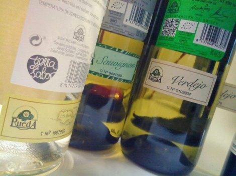 Diferentes sellos de la D.O. Rueda en el contra-etiquetado de botellas de vino.