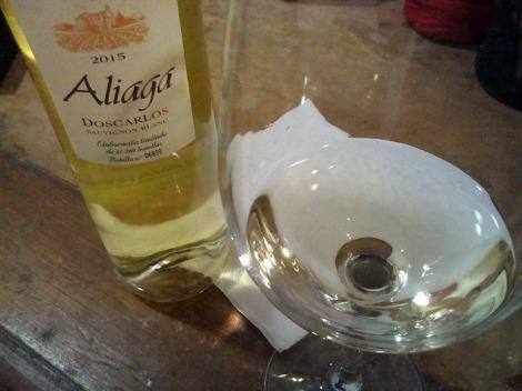 Vino elaborado con la selección de las uvas de Viña Carlos, 100% Sauvignon Blanc, situada en el término de Fuente Olabe de Corella, en el corazón de la Ribera Baja de Navarra. Un vino varietal al que se le imprime el carácter de los típicos vinos de la bodega