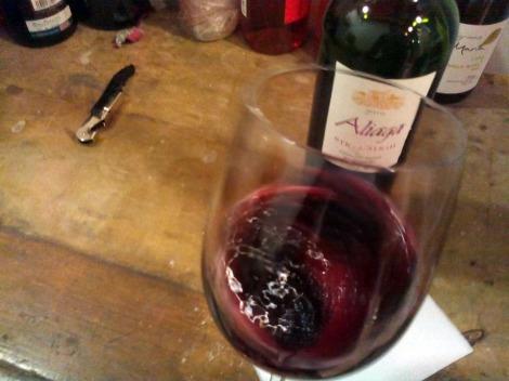 Merece la pena airear este vino para descubrir todos sus aromas.