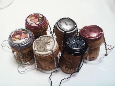 Las cápsulas y corchos de los vinos catados.