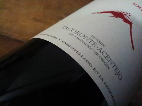 Detalle del etiquetado del vino Cráter.