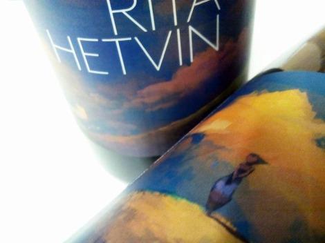 Detalle del etiquetado de Rita Hetvin.