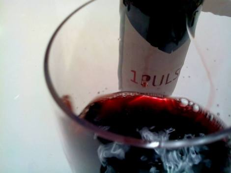 El vino 1 Pulso en movimiento en la copa.