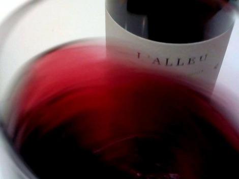 El vino L´Alleu 2013 moviéndose en la copa.