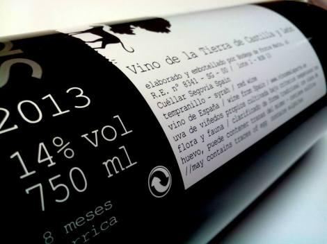 Detalle del etiquetado del vino Las Lomas 2013.