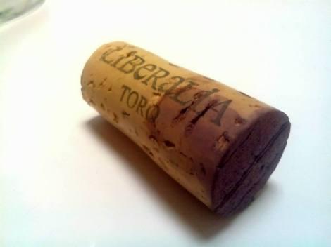 El corcho de Liberalia Cuatro 2010, tintado con el vino que retenía.