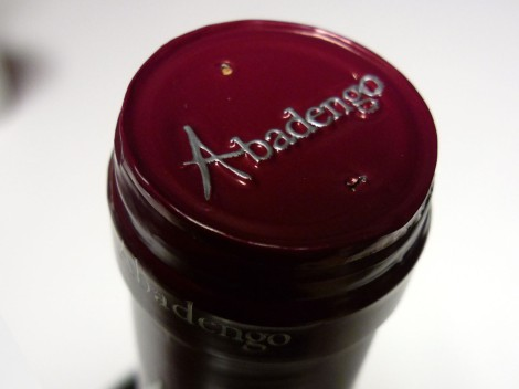 Detalle de la cápsula del vino Abadengo Crianza 2010.