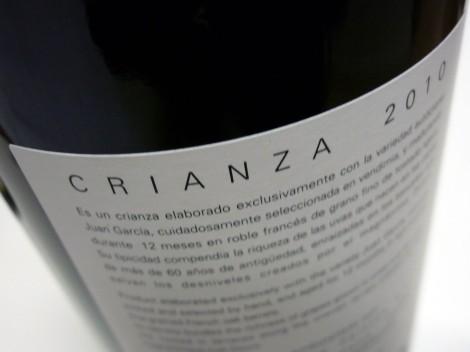 Detalle de la contraetiqueta del vino Abadengo Crianza 2010.