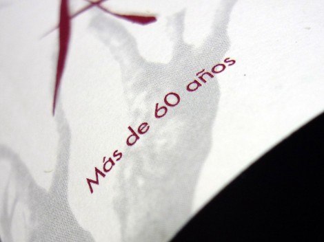 Detalle del etiquetado del vino Abadengo Crianza 2010.