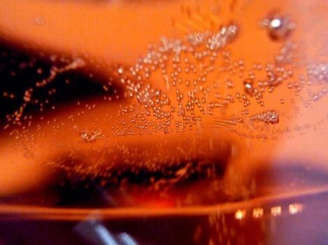 Superficie en la copa del cava Bohigas Brut Rosado y su diminuta burbuja.