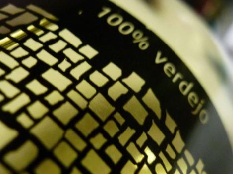 Detalle del etiquetado del vino Impresiones Verdejo.