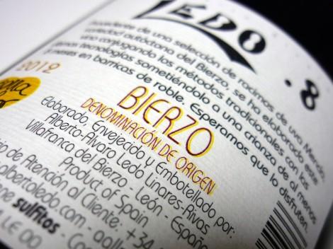 Detalle de la contraetiqueta del vino Ledo.8 Crianza.
