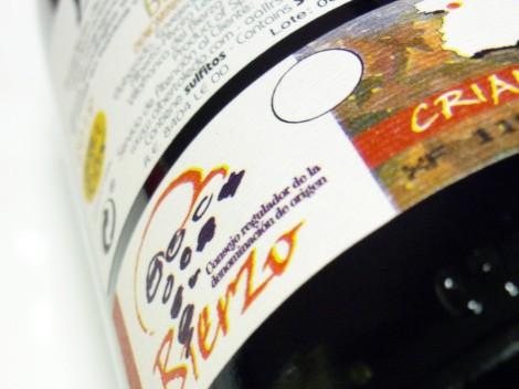 Sello de la D.O. Bierzo en la parte trasera de la botella de vino Ledo.8 Crianza.