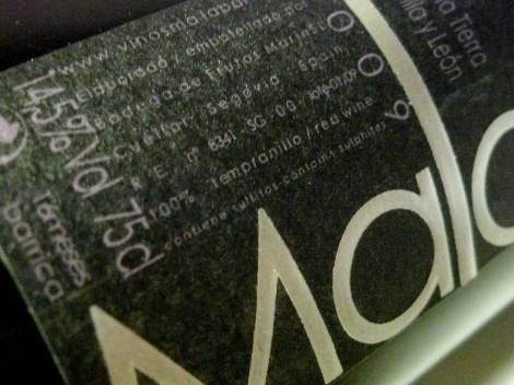 Detalle del etiquetado del vino Malaparte 2009.