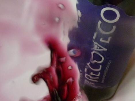 Detalle del vino Recoveco Maceración Carbónica en la copa.