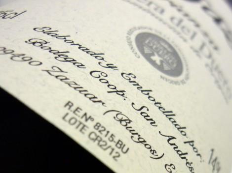 Detalle del etiquetado del vino Vegazar Crianza.