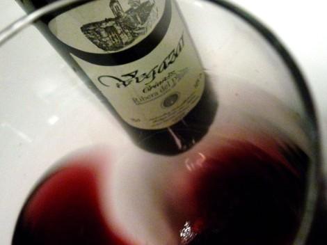 Oxigenando el vino Vegazar Crianza en la copa.