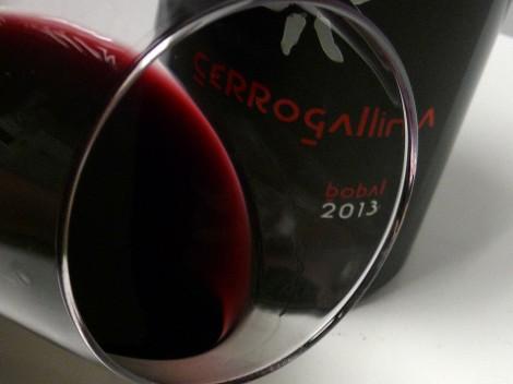 El vino Cerrogallina Bobal 2013 en la copa.