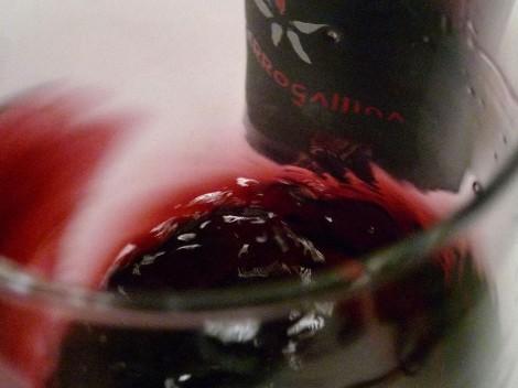 """""""Mareando"""" el vino Cerrogallina 2013 en la copa."""