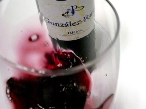 El vino González Puras Maceración Carbónica siendo mareado en la copa.