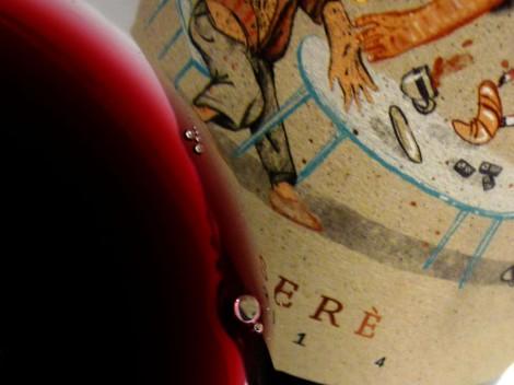 Detalle del color del vino Serè en la copa.