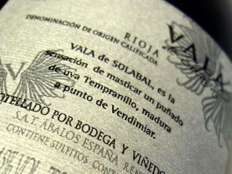 Detalle de la contraetiqueta del vino Vala de Solabal 2010.