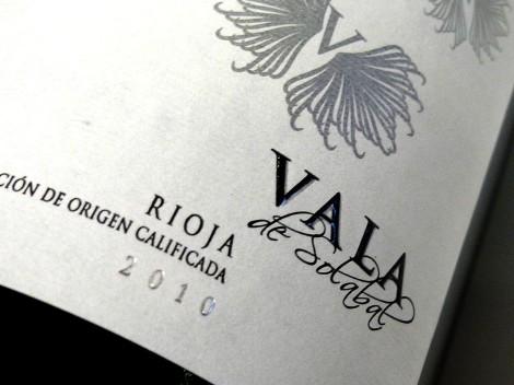 Detalle del etiquetado del vino Vala de Solabal 2010.