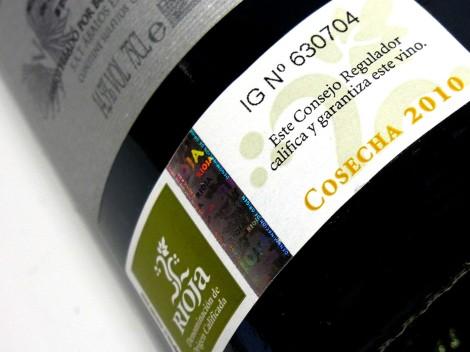 Sello de la D.O.Ca. Rioja en la botella de Vala de Solabal 2010.