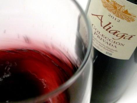 """""""Mareando"""" el vino Aliaga Colección Privada 2012 en la copa."""