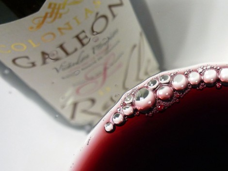 Detalle del vino Colonias de Galeón Roble 2013 recién servido en la copa.