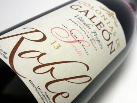 Detalle del etiquetado del vino Colonias de Galeón Roble 2013.