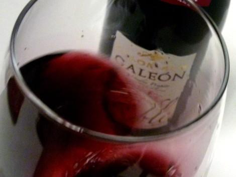 Tonalidades de color del vino Colonias de Galeón Roble 2013 al ser oxigenado en la copa.