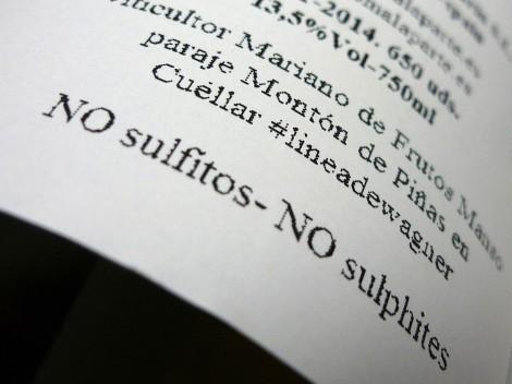 Detalle de la contra-etiqueta del vino Las Lomas Blanco 2014.