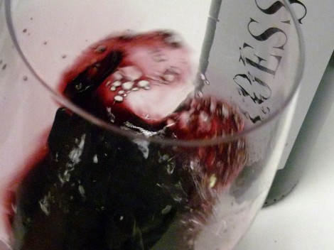 """El vino Loess Inspiration """"moviéndose"""" en la copa."""
