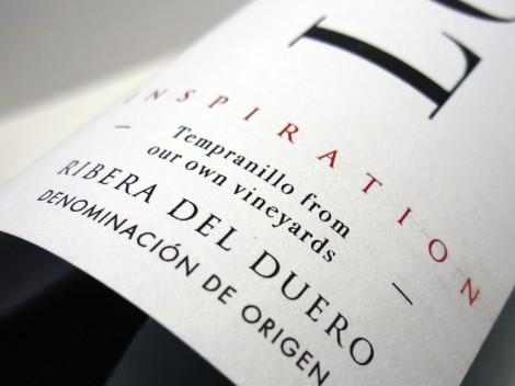 Detalle del etiquetado del vino Loess Inspiratión 2013.