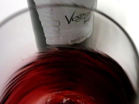 Oxigenando el vino Vegazar Tinto Roble en la copa.