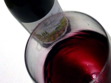 Oxigenando el vino en la copa para arrancarle todos sus aromas.