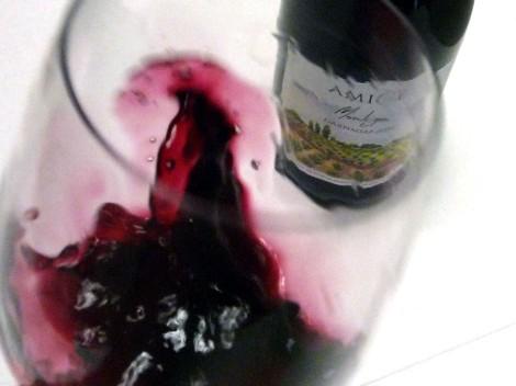 Detalle del vino moviéndose en la copa.